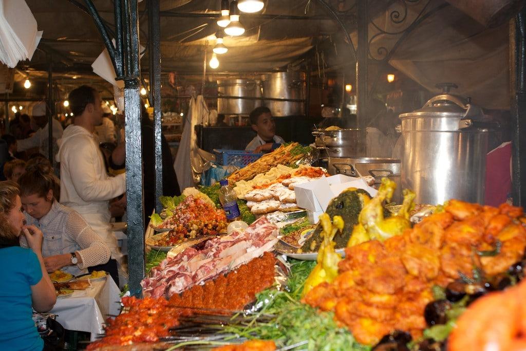Übersetzerin isst Salat in Marokko